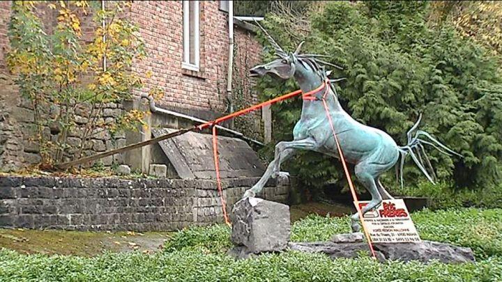 Pose d'une licorne sculpturale