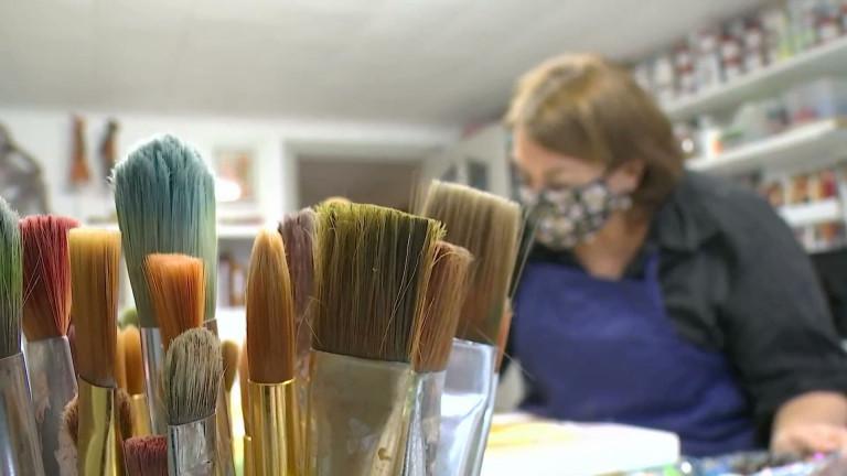 Léglise : une artiste haute en couleurs