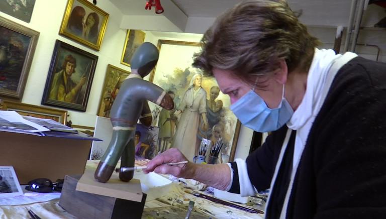 Exposition K-dolls à Bastogne. L'artiste Marie-Elise a peint deux poupées du général Patton