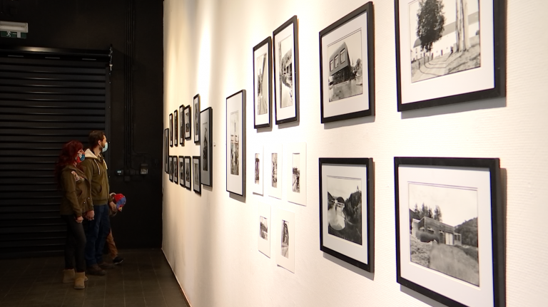 200 photos en noir et blanc développées dans une chambre noire