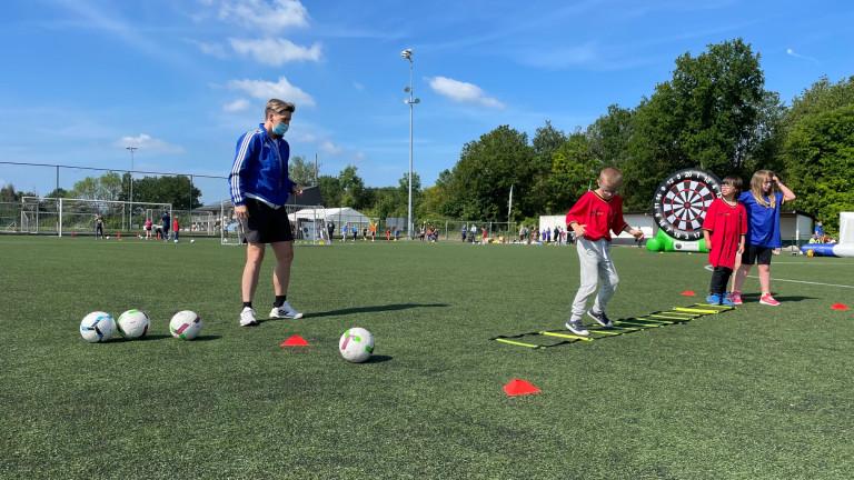 """200 élèves de la région de Marche ont participé à une journée découverte """"foot"""" avec Aline Zeler"""