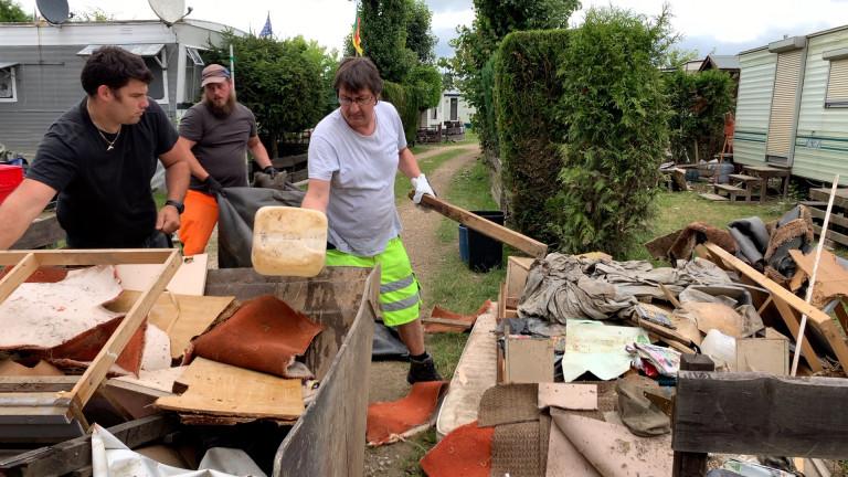 D'Izegem et ailleurs, ces bénévoles viennent aider les Hottonais sinistrés