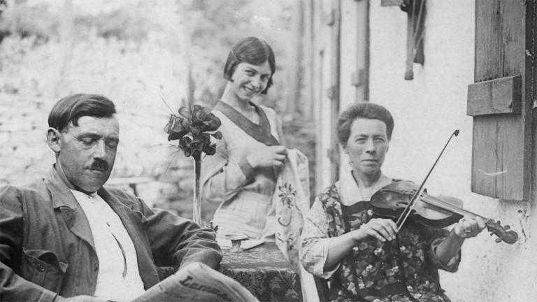 Patrimoine 1/5 : Latour (Virton), après août 1914, les femmes relèvent le village.