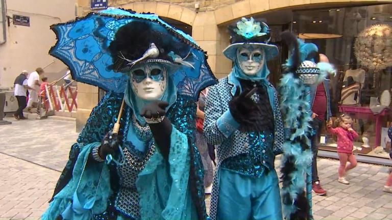 Arlon se pare des costumes de Venise