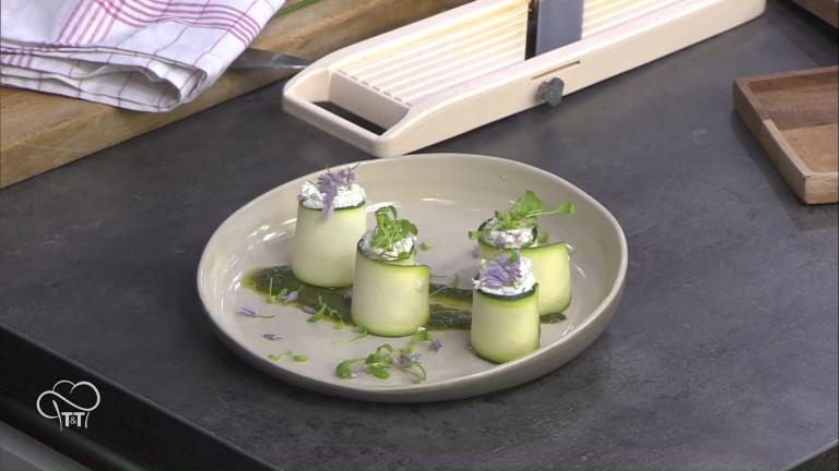 Les makis de courgettes au fromage frais, fleurs de ciboulette, rhubarbe et coulis d'ortie
