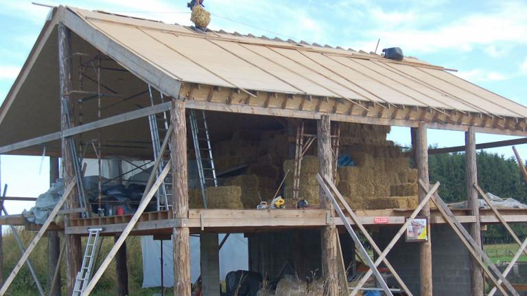 Saint-Médard : Edmond a construit sa maison en paille.